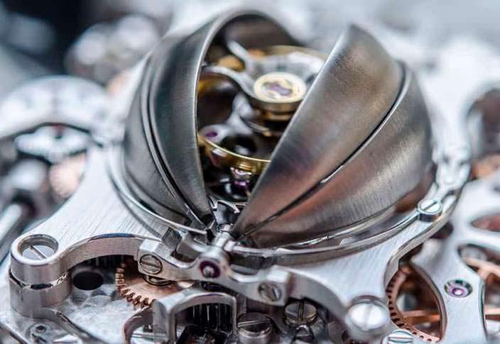 Фото   Турбийон часов под титановым куполом MB&F HM6