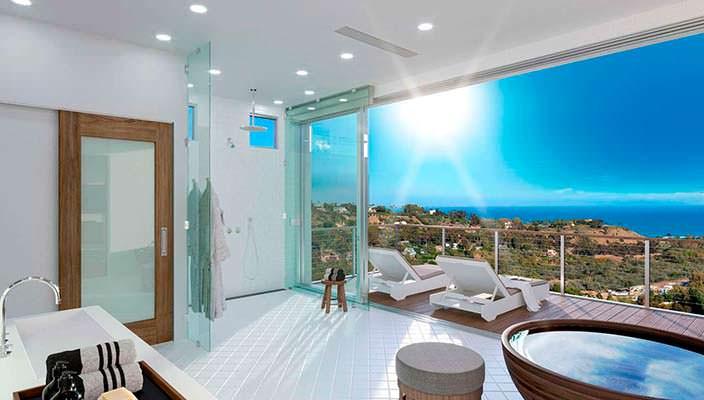 Ванная с выходом на балкон с видом на залив Санта-Моники