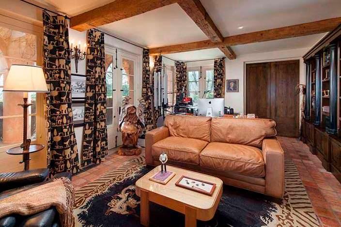Дизайн библиотеки в доме с мягким диваном