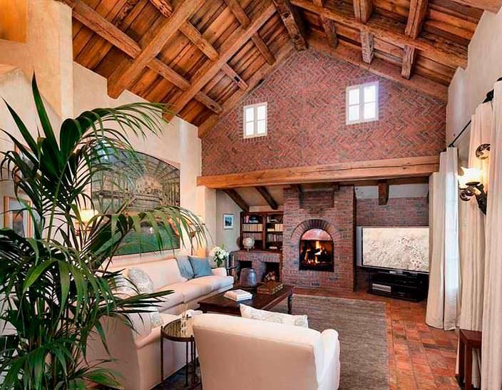 Комната в итальянском стиле с потолочными балками