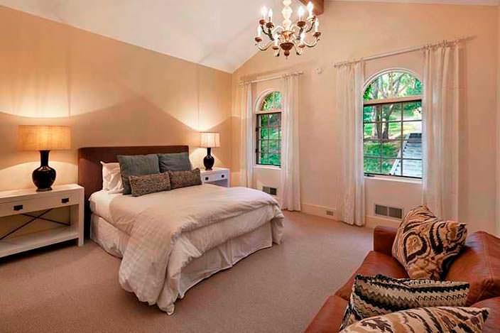 Спальня в пастельных тонах в доме Джеффа Бриджеса