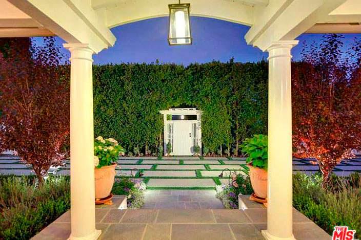 Дизайн входа в дом с колоннами