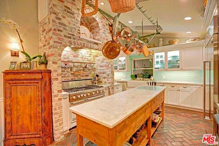 Оборудованная кухня с островом
