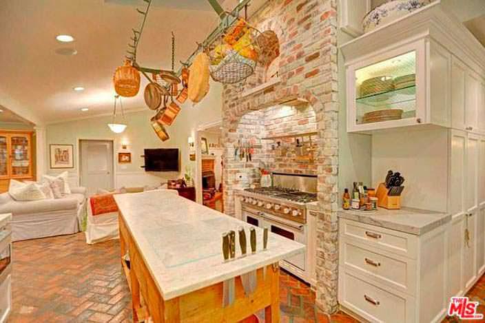 Оборудованная кухня в традиционном дизайне