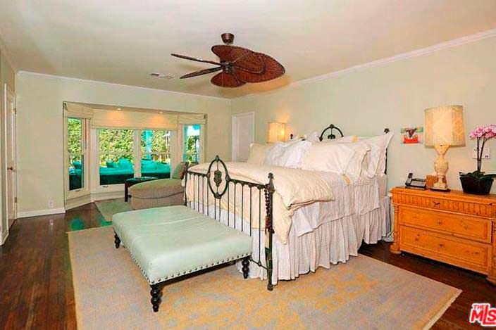 Спальня с высокой двуспальной кроватью