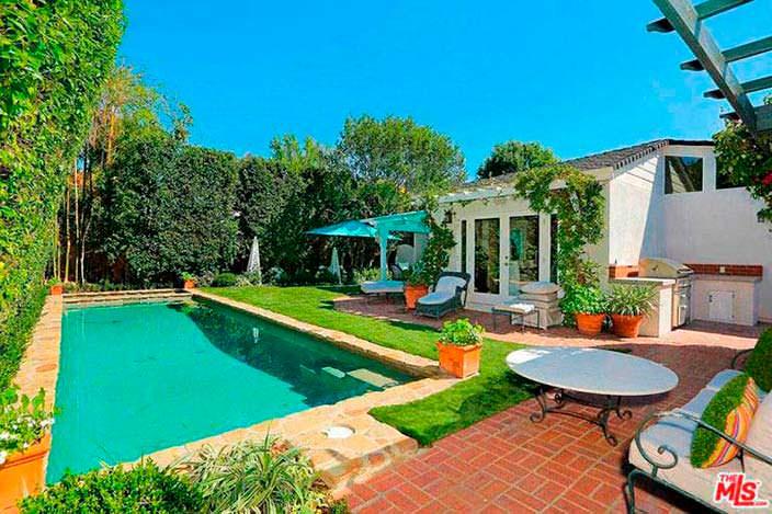Задний двор с бассейном в доме Селены Гомес
