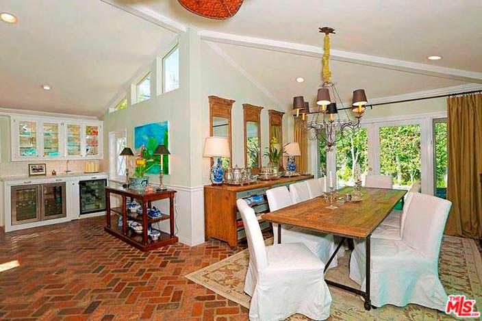 Традиционный дизайн столовой дома Селены Гомес