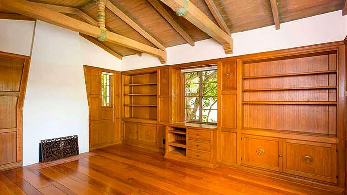 Дизайн потолка с деревянными балками в доме Тома Хэнкса