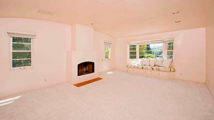 Фото | Гостиная со встроенным диваном и камином