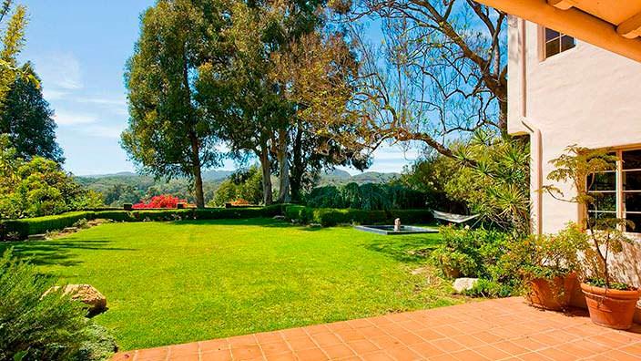 Красивые деревья во дворе дома Тома Хэнкса