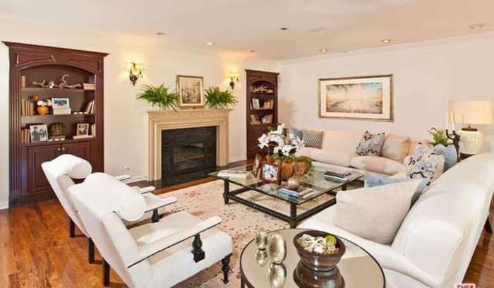 Фото | Уютная комната с камином в доме Тома Хэнкса