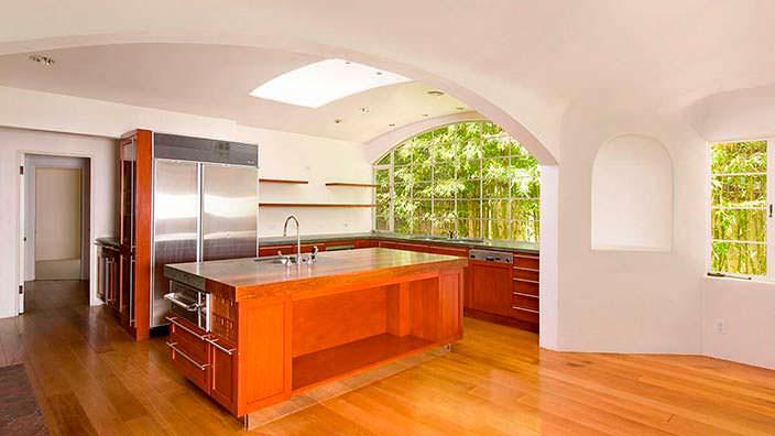 Дизайн кухни с аркой и панорамными окнами с видом на сад