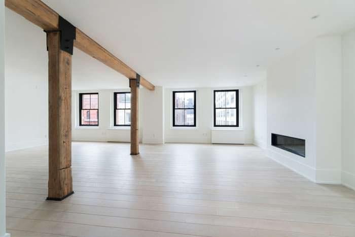 Деревянные несущие балки в дизайне квартиры в стиле лофт