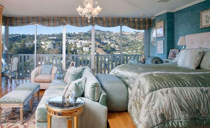 Пышный дизайн спальни с панорамным видом на горы