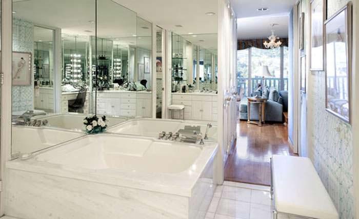 Белый гранит в ванной комнаты Джоан Коллинз