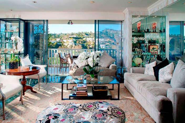 Дизайн гостиной со стеклянным журнальным столиком