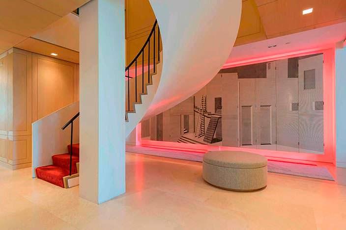 Дизайн винтовой лестницы в двухэтажном пентхаусе Стинга