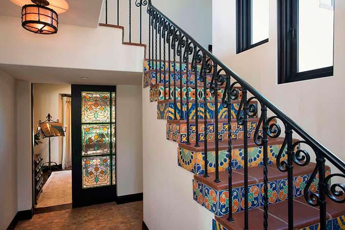 Дизайн лестницы в доме в колониальном стиле