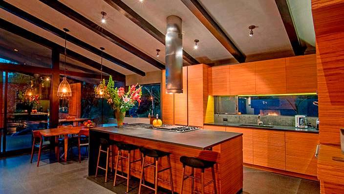 Дизайн кухни с островом в стиле модерн