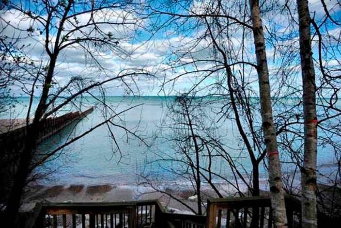 Вид на озеро с причалом у дома Кристин Каваллари