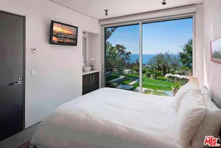 Hi-Tech дизайн спальни в доме Натали Портман