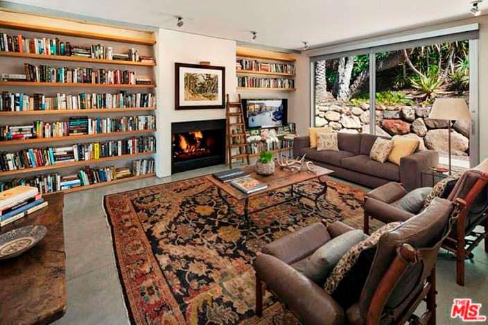 Уютная библиотека в доме Натали Портман