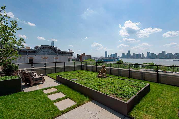 Терраса в квартире на Манхэттене с панорамным видом на Нью-Йорк