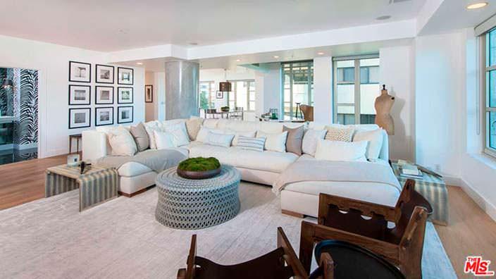 Гостиная с большим диваном в квартире Кендалл Дженнер