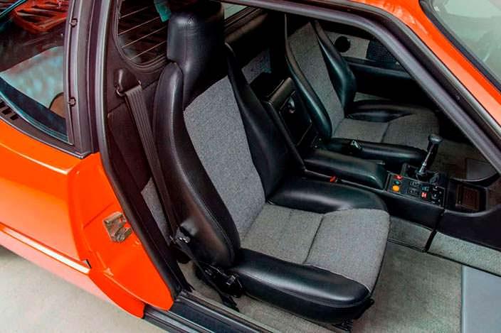 Спортивные сиденья в салоне BMW M1