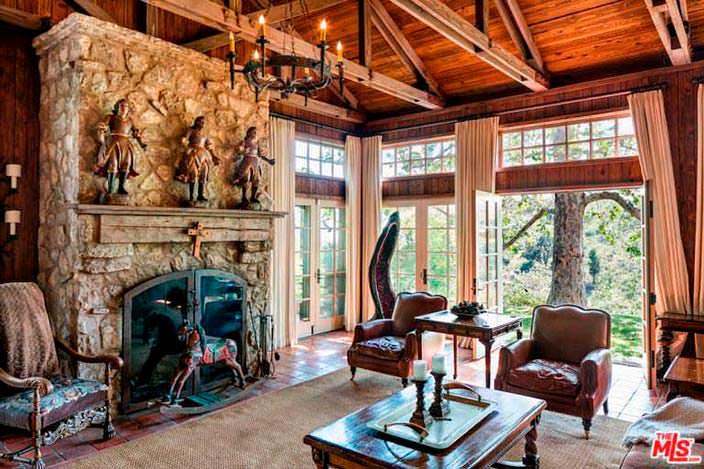 Замковый стиль в интерьере с камином в доме Мела Гибсона