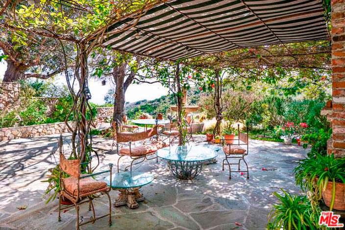 Зона отдыха под навесом у дома Мела Гибсона в Калифорнии