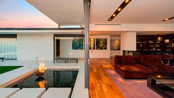 Дизайн гостиной с камином в доме Мэттью Перри
