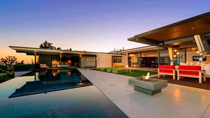 Дизайн заднего двора с бассейном у дома Мэттью Перри