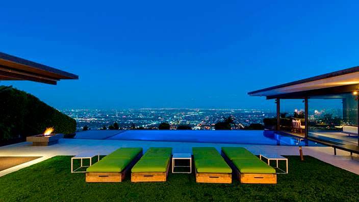 Пейзажный бассейн у дома Мэттью Перри в Голливуде
