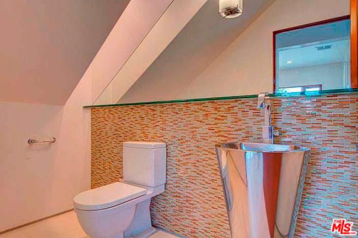 Дизайнерская полированная раковина в ванной