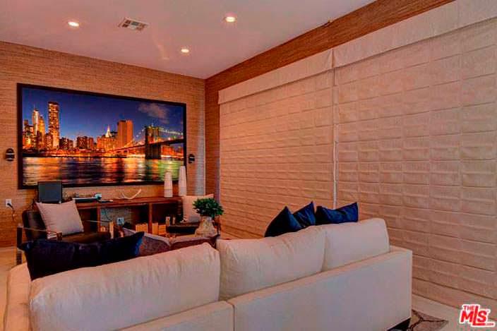 Кинотеатр с диваном в доме Наташи Бедингфилд