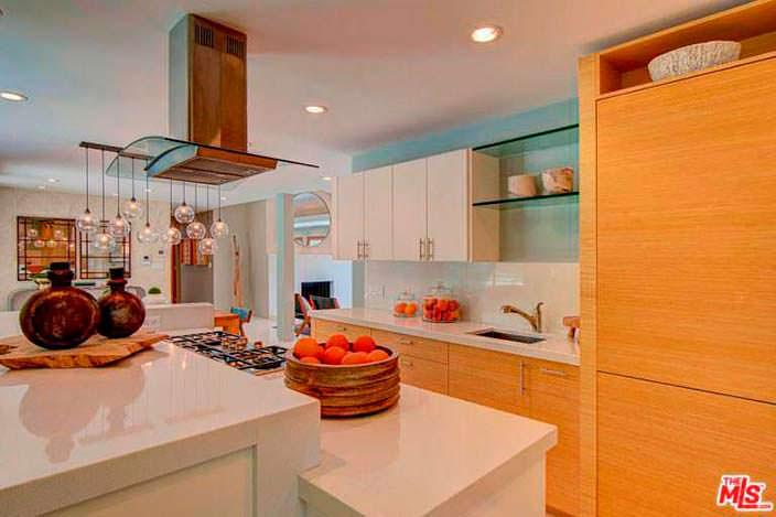 Современный дизайн кухни в доме Наташи Бедингфилд