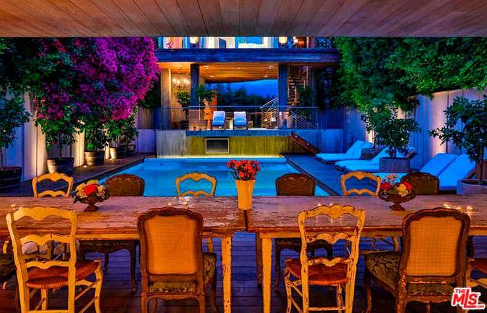 Вид на бассейн из столовой в доме Памелы Андерсон