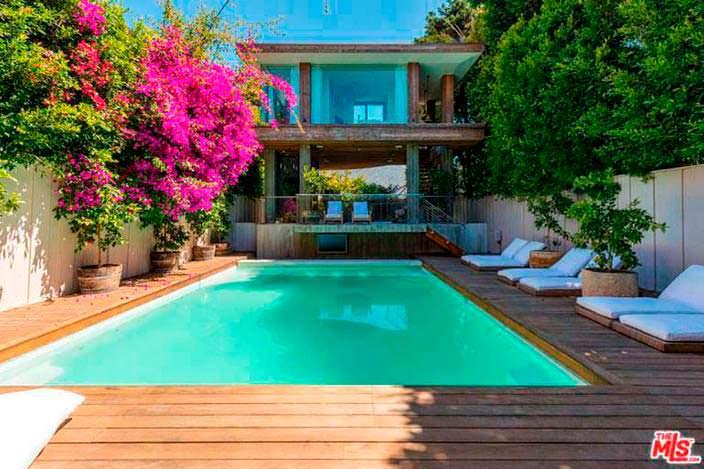 Терраса с бассейном у дома Памелы Андерсон