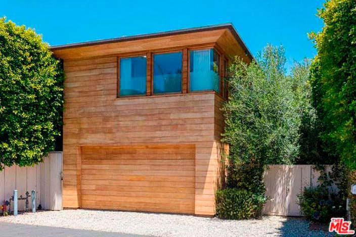 Дом Памелы Андерсон с гаражом в Малибу
