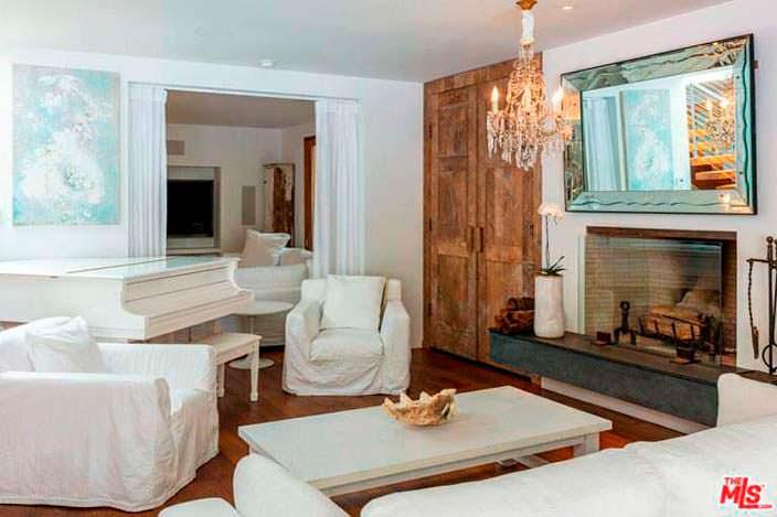 Рояль с камином в гостиной Памелы Андерсон