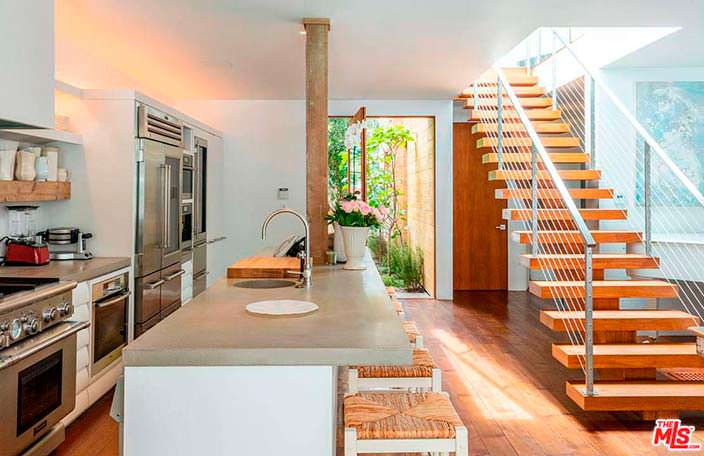 Барная стойка на кухне в доме Памелы Андерсон