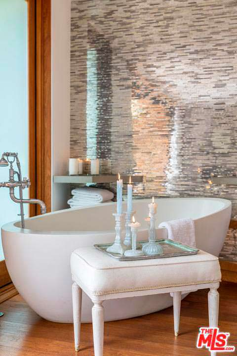 Романтический дизайн ванной комнаты Памелы Андерсон