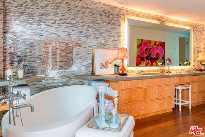 Ванная комната в доме Памелы Андерсон