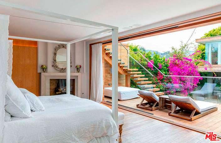 Дизайн спальни с балконом в доме Памелы Андерсон