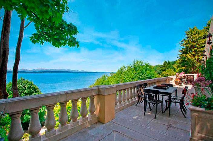 Панорамный балкон в доме Райана Льюиса с видом на остров Бейнбридж