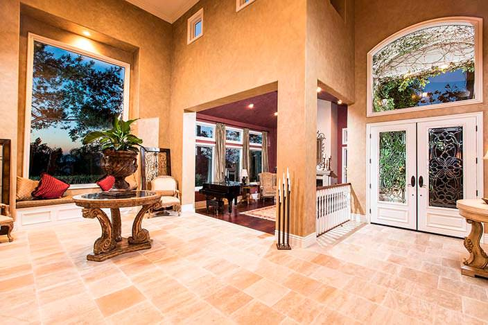 Дизайн гостиной в особняке Тупака Шакура в Калифорнии