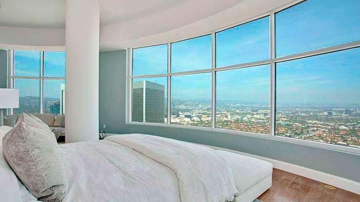 Панорама на Лос-Анджелес с кровати в пентхаусе Мэттью Перри