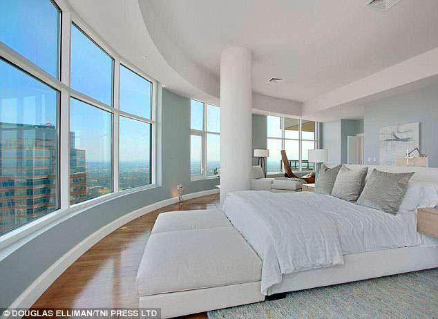 Панорамная спальня в пентхаусе Мэттью Перри