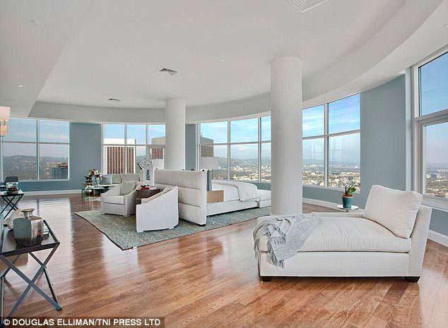Дизайн панорамной спальни в пентхаусе Мэттью Перри